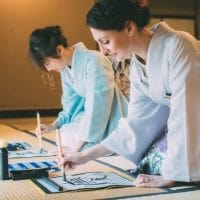 Calligraphie avec les pinceaux artisanaux de Kawajiri